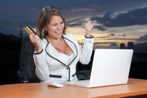 אישה קונה אונליין